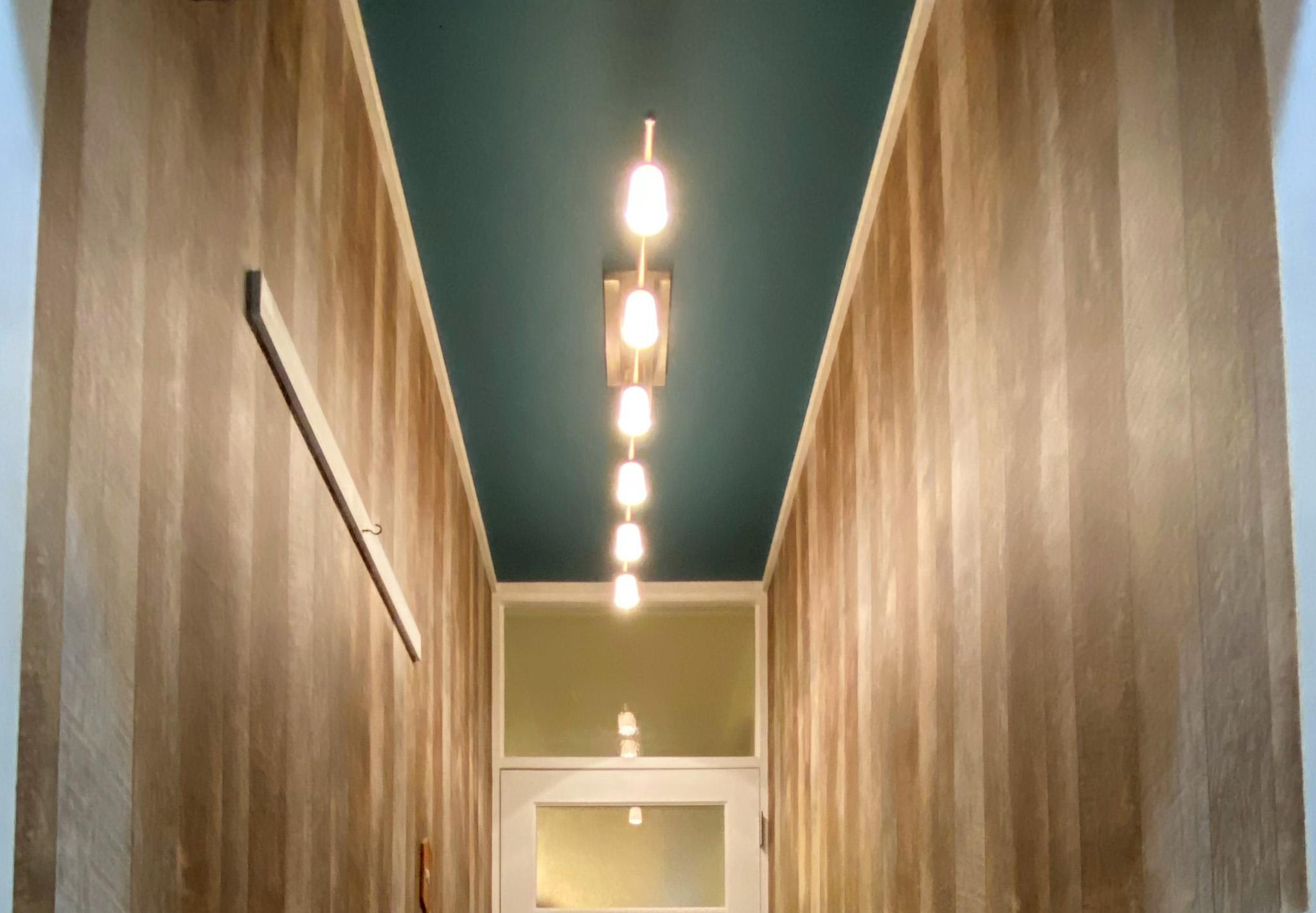 廊下の壁・天井貼り替えでおしゃれな玄関(神戸市長田区マンション事例)