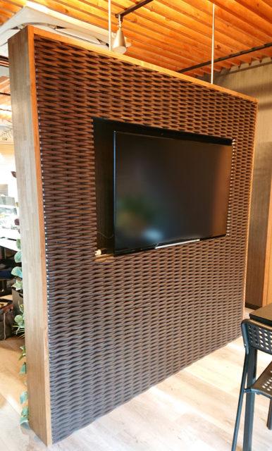 埋め込みテレビのある壁