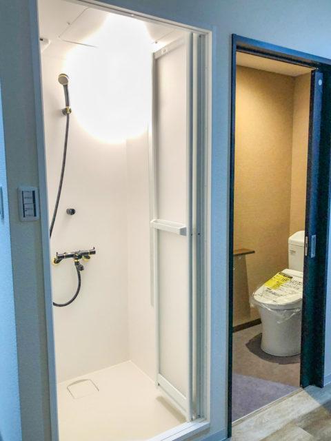 ワンルームリノベーション・引き戸のトイレとシャワーユニット