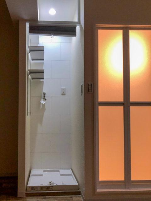 収納に便利な可動棚・調湿機能があるエコカラットを貼った壁・洗濯スペース