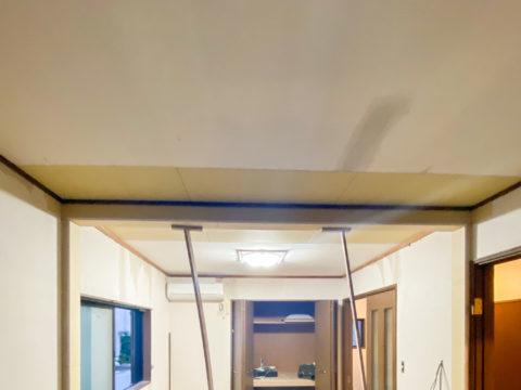 天井を支える梁を固定するためにカットした天井を石膏ボードで復旧