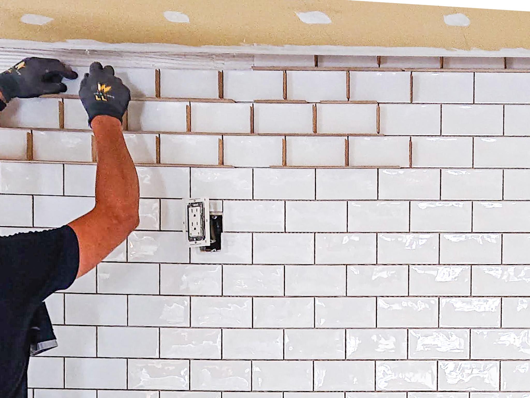 壁紙からタイル張りの壁へ・キッチンリフォーム(施工事例)