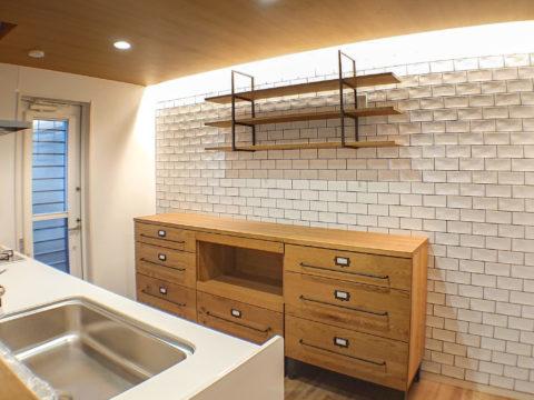 キッチンの壁を、クロス(壁紙)からおしゃれなタイルの壁にリフォームしました