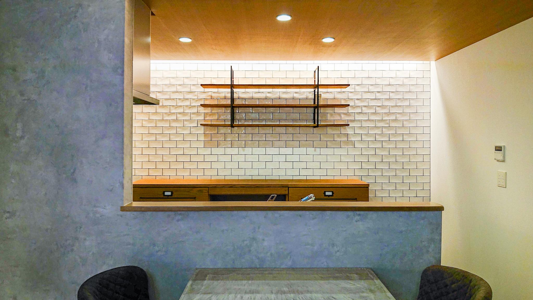 クロス貼りの壁から、おしゃれなタイル張りの壁へキッチンリフォーム