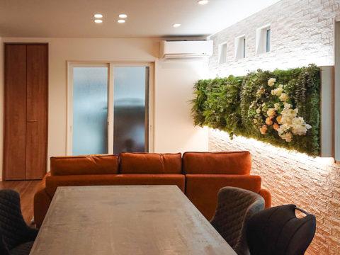店舗のようにおしゃれなリビングへリフォーム/フェイクグリーンで飾る壁・消臭調湿機能など機能面も充実しているタイル、調光調色可能な間接照明