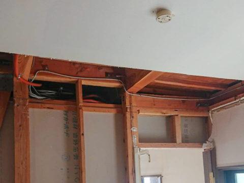 壁の解体に伴う天井を支える梁の固定、スイッチ類移設のため 天井をカット