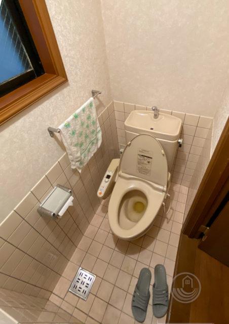タイルの壁・床/床排水/ニッチ収納がある1階トイレのリフォーム