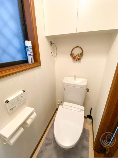 タイルの床・壁、ニッチ収納があるトイレから、段差なしのクロス(壁紙)貼りのトイレへリフォーム「INAX アメージュZ」
